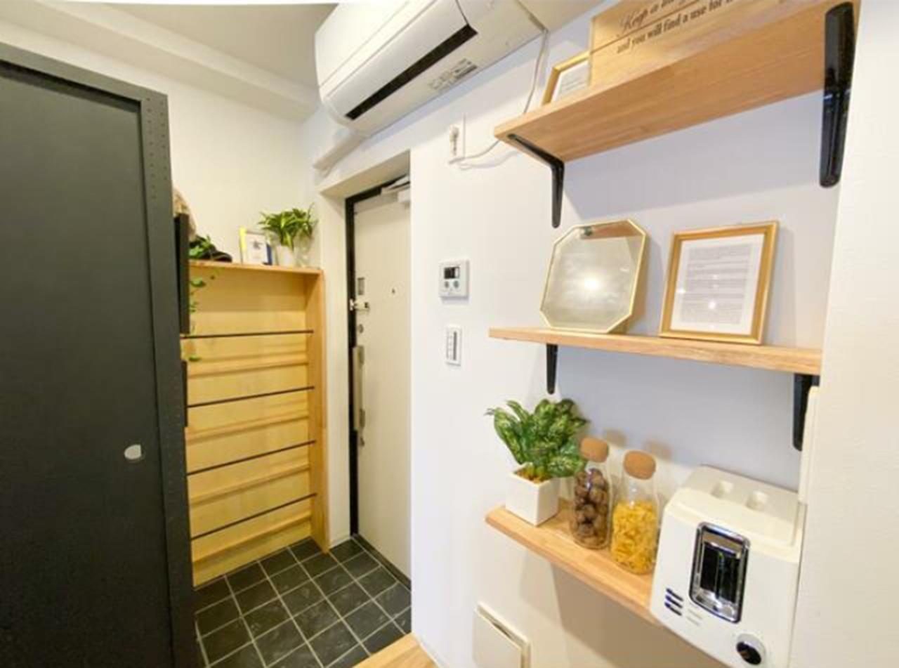 集成材の棚と玄関